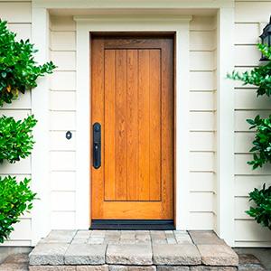 Входная деревянная дверь с массивной кованой ручкой