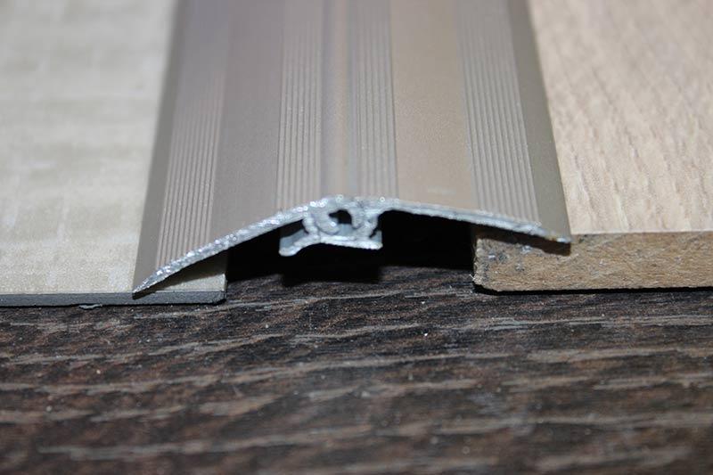 Алюминиевый универсальный порожек.
